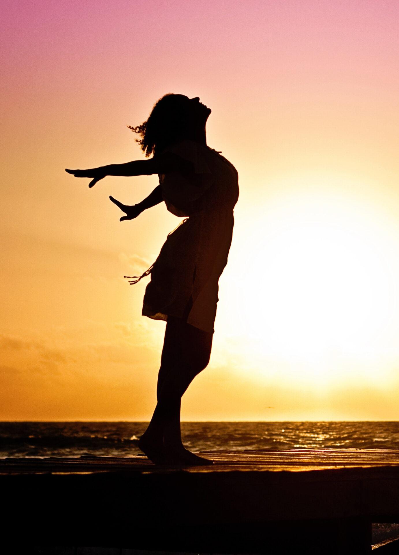beach-woman-sunrise-silhouette-40192g